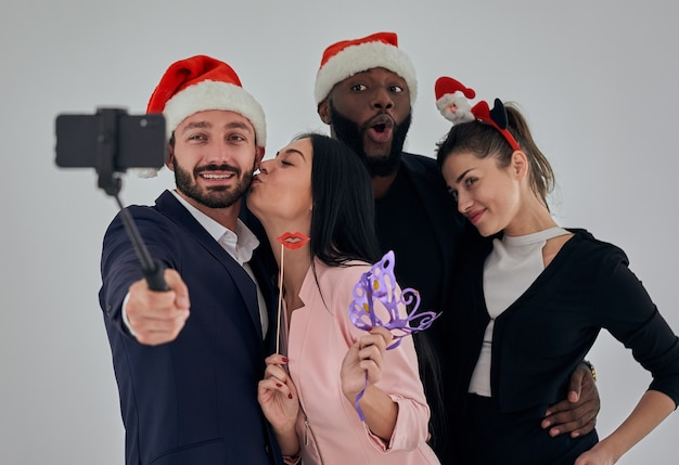 Die vier glücklichen geschäftsleute, die ein selfie machen