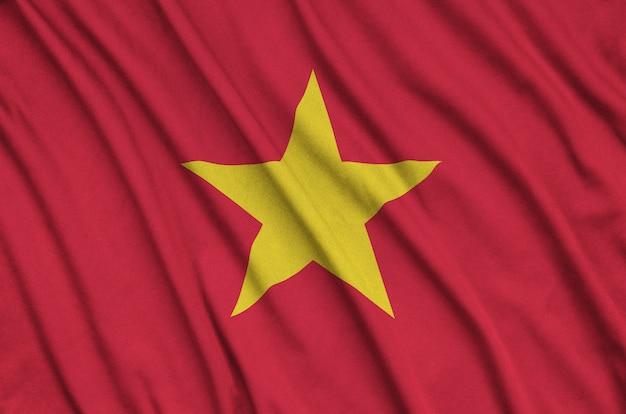 Die vietnam-flagge ist auf einem sportstoff mit vielen falten abgebildet.