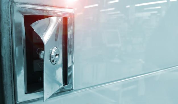 Die vordere abdeckung des bedienfelds der bedientasten ist durch einen keilzug beschädigt.