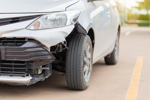 Die vorderseite des autos wird durch einen unfall auf der straße beschädigt, autounfall auf der straße, beschädigte autos nach kollision
