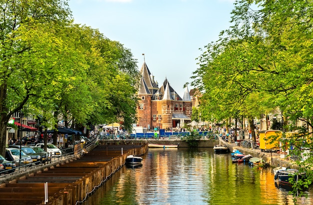 Die waag ein historisches gebäude in amsterdam die niederlande