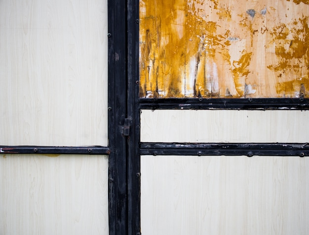 Die wände sind aus altholzresten gelb