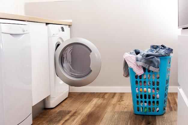 Die wäsche in der küche waschen