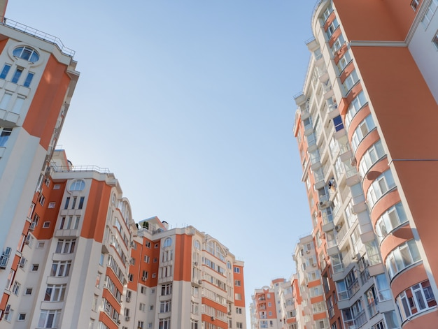 Die wand eines wohnhauses. architektonischer hintergrund.