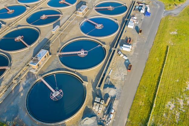 Die wasserreinigung der modernen städtischen abwasseraufbereitungsanlage ist der prozess der entfernung unerwünschter chemikalien aus der panorama-luftaufnahme