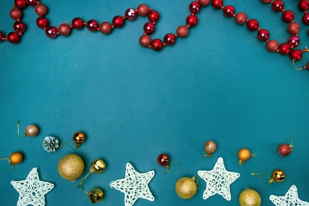 Die weihnachtsdekorationen auf blauem hintergrund