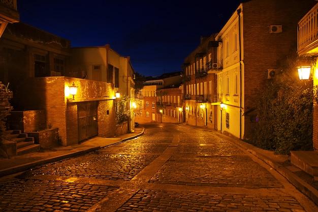 Die weinlesestraße in tiflis, georgia nachts