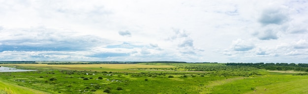 Die weiten russlands. schöne landschaft der hügel und des russischen dorfes.