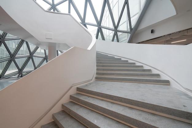 Die wendeltreppe des kunstmuseums, eines museums für zeitgenössische kunst