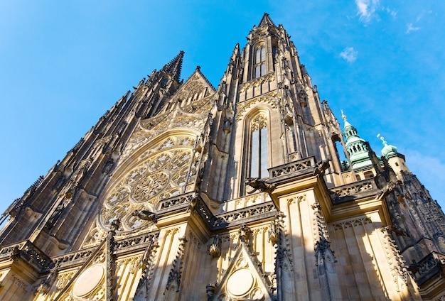 Die westfassade des st.-veits-doms in prag (tschechien) mit seiner rosette