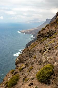 Die westküste von gran canaria, wellen brechen über klippen bei mirador del balcón