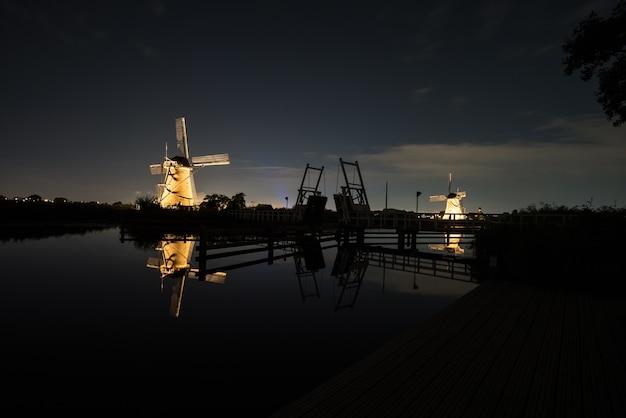 Die windmühlen in kinderdijk sind beleuchtet