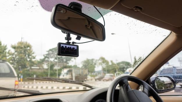 Die windschutzscheibe hat an einem regnerischen tag eine autokamera installiert.
