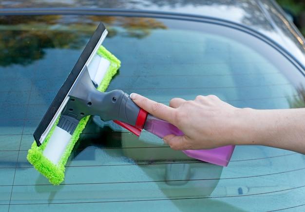 Die windschutzscheibe waschen