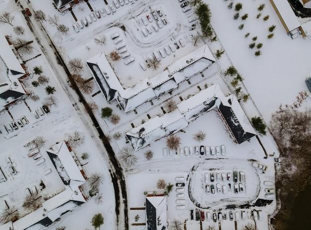 Die winteransicht der dachhäuser des kleinen apartmentkomplexes auf bedecktem schnee