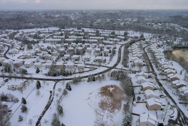 Die winteransicht der dachhäuser des kleinen apartmentkomplexhofs auf bedecktem schnee