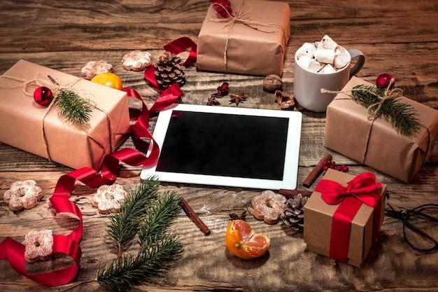Die winterkomposition. die geschenke und tasse mit marshmallow