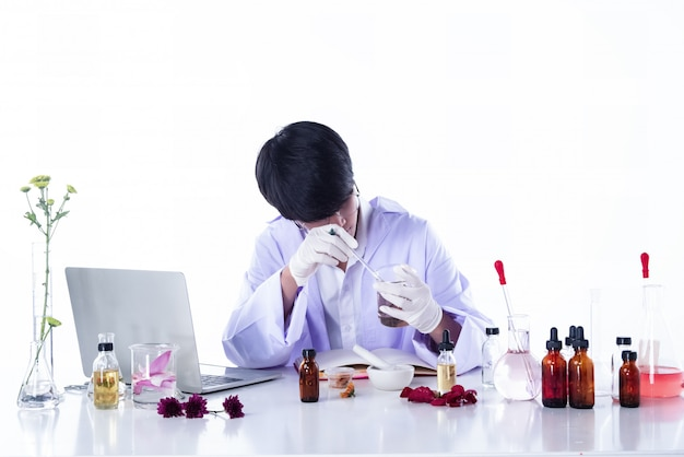 Die wissenschaftler experimentieren im labor, forscher in chemie und natur-bio-extrakt