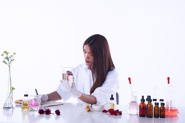 Die wissenschaftlerfrau, die im labor arbeitet