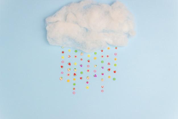Die wolke, aus der fruchtiger regen kommt. minimales konzept. kreative idee.