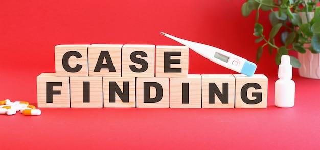Die worte case finding bestehen aus holzwürfeln