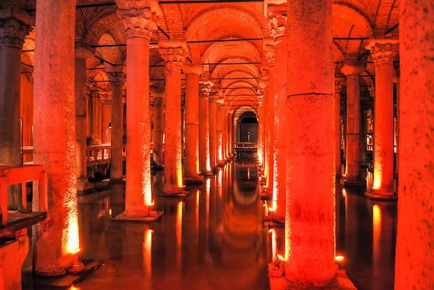 Die wunderschöne basilika-zisterne wurde nach der restaurierung für besucher geöffnet.