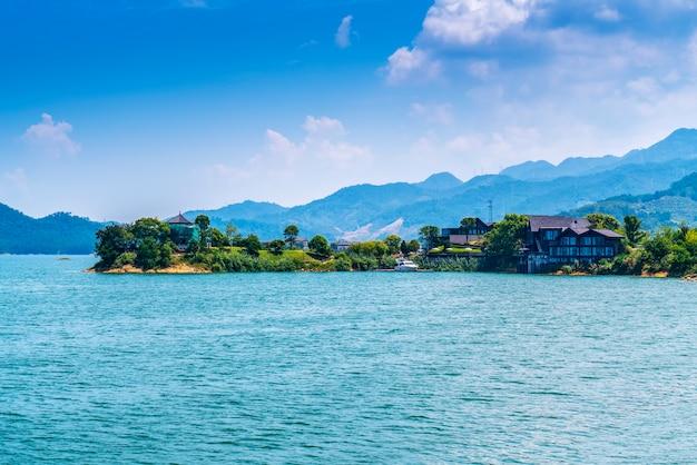 Die wunderschöne landschaft des qiandao lake