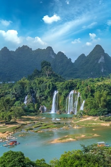 Die wunderschönen und herrlichen detian-wasserfälle in guangxi, china