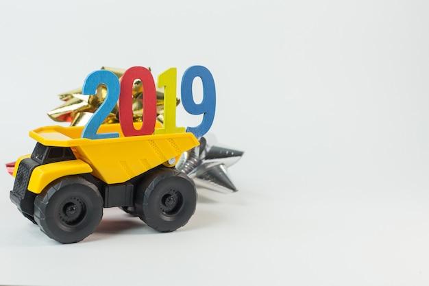 Die zahl des gelben lkw-griffs 2019 auf weißem hintergrund.
