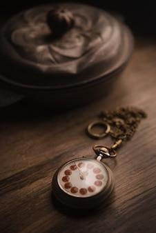 Die zeit hört nicht auf, vintage taschenuhr auf holz