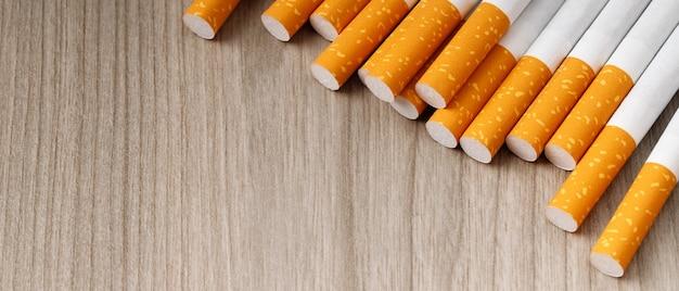 Die zigarette liegt auf dem holzboden
