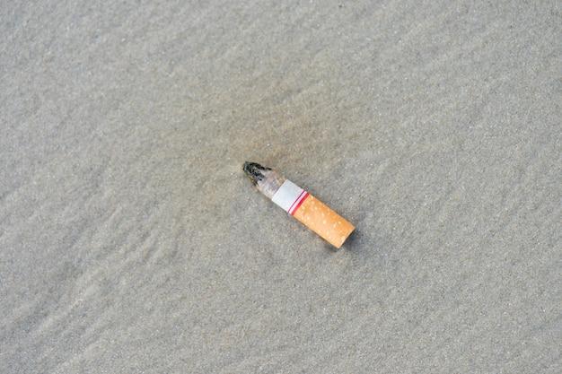 Die zigarettenkippen wurden erfolgreich geraucht. linker strand verschmutzt