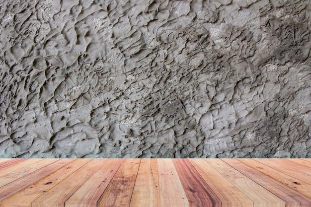 Die zimmer verfügen über robuste wände und einen holzboden.