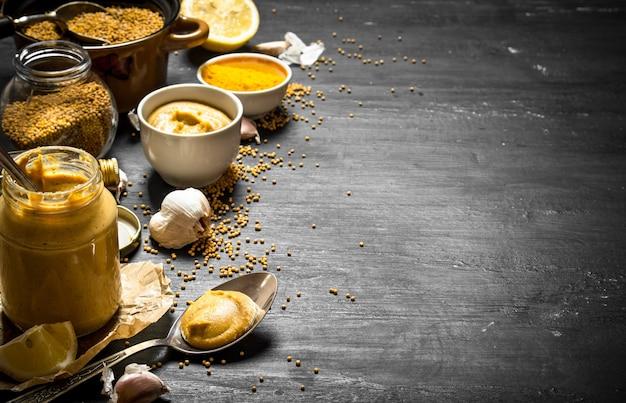 Die zubereitung von senf. auf einer schwarzen tafel.