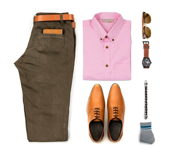 Die zufälligen ausstattungen der männer für mannkleidung mit dem büroschuh, uhr, gurt, hose, rosa hemd, sonnenbrille und armband lokalisiert auf weißem hintergrund, draufsicht