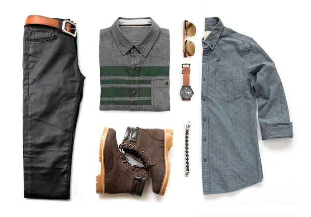 Die zufälligen ausstattungen der männer für mannkleidung stellten mit dem schwarzen stiefel, blue jeans, gurt, geldbörse und bürohemd ein, die auf weißem hintergrund, draufsicht lokalisiert wurden