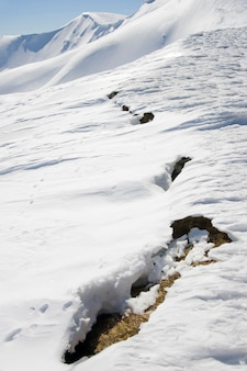 Die zukünftige gefahr lawine zeichen am frühling berghang