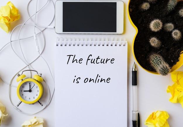 Die zukunft ist online-text mit handy. technologien am arbeitsplatz. die zukunft ist online-schriftzug. online-bildung, arbeit von zu hause aus.