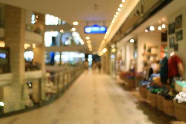 Die zusammenfassung, die vom gehweg im einkaufszentrum mit bokeh lichter verwischt wird, beleuchtet