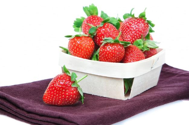 Die zusammensetzung der erdbeeren in einem korb.