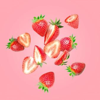 Die zusammensetzung von erdbeeren. erdbeeren in stücke schneiden, die in die luft fliegen
