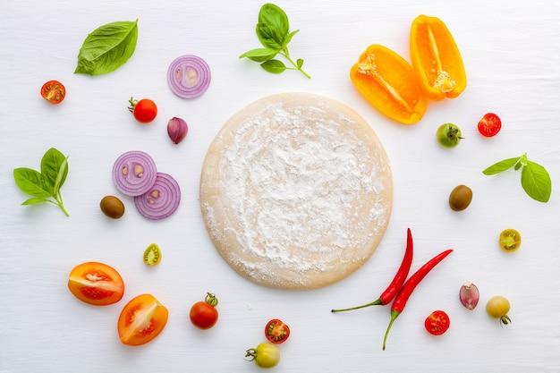 Die zutaten für hausgemachte pizza auf weißem holzhintergrund.