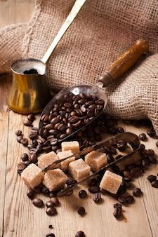 Die zutaten und utensilien für die zubereitung von kaffee