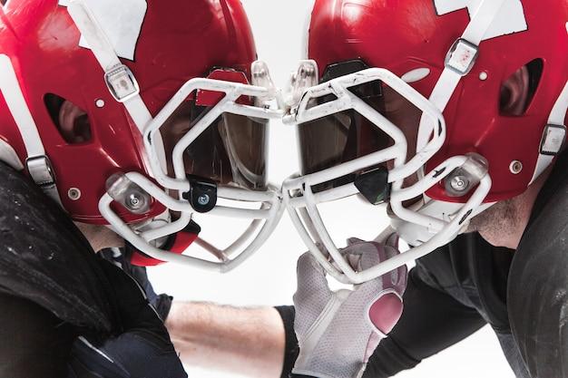 Die zwei american-football-spieler kämpfen auf leerraum