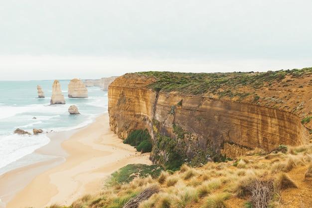 Die zwölf apostel ist der berühmte ort in der great ocean road in victoria, australien.