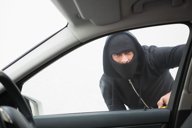 Dieb bricht mit schraubendreher ins auto ein