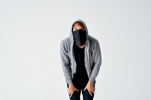 Dieb in der haube verdeckt das gesicht des verbrechens gelddiebstahl anonymität