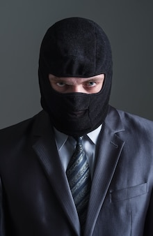 Dieb in schwarzer maske