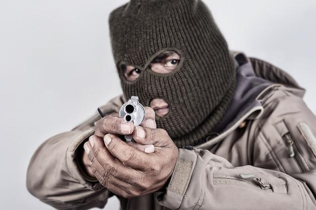 Dieb und pistole in der hand