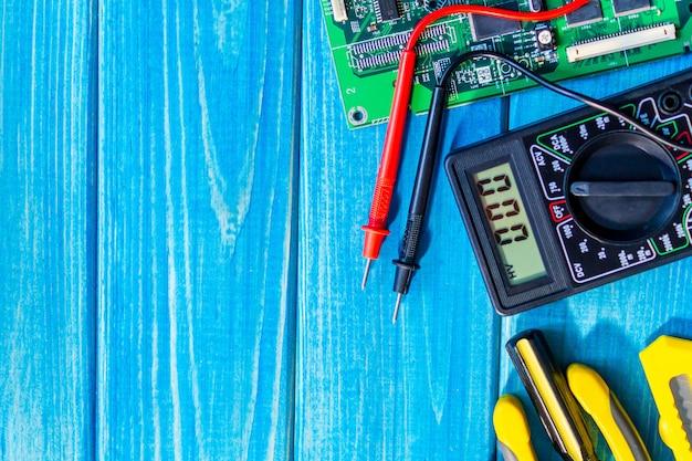 Dienstleistungen für die herstellung von elektronik und reparatur auf blauen holzbrettern